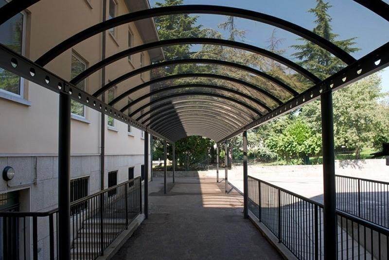 навес из моноилитного поликарбоната арка